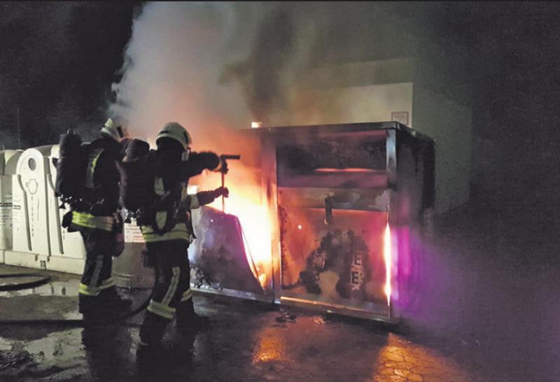 Der Altkleidercontainer musste vor dem Löschen mit einer Rettungsschere geöffnet werden.       Fotos (2): Feuerwehr Fallersleben