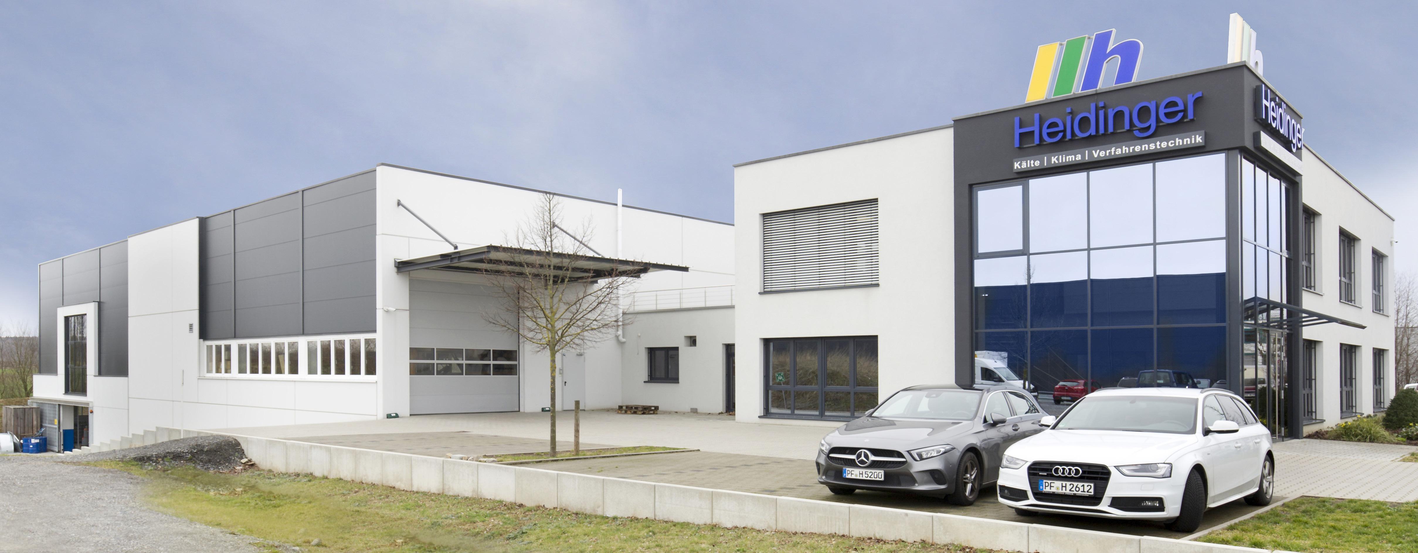 Die Firma Heidinger GmbH & Co. KG hat eine Fertigungs- und Lagerhalle angebaut (links hinten).