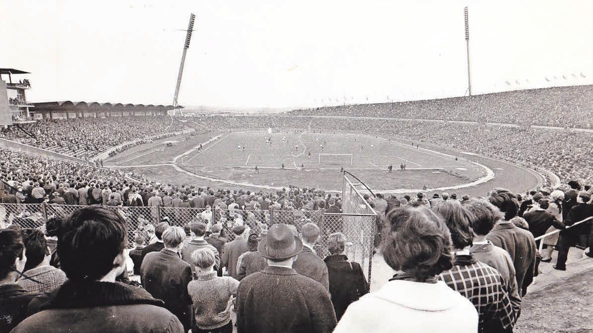 Schauen durch den Maschendraht: Im April 1966 ist der Charme des Niedersachsenstadions – hier ein Blick aus der Nordkurve – ein anderer als der in der heutigen HDI-Arena. Archiv