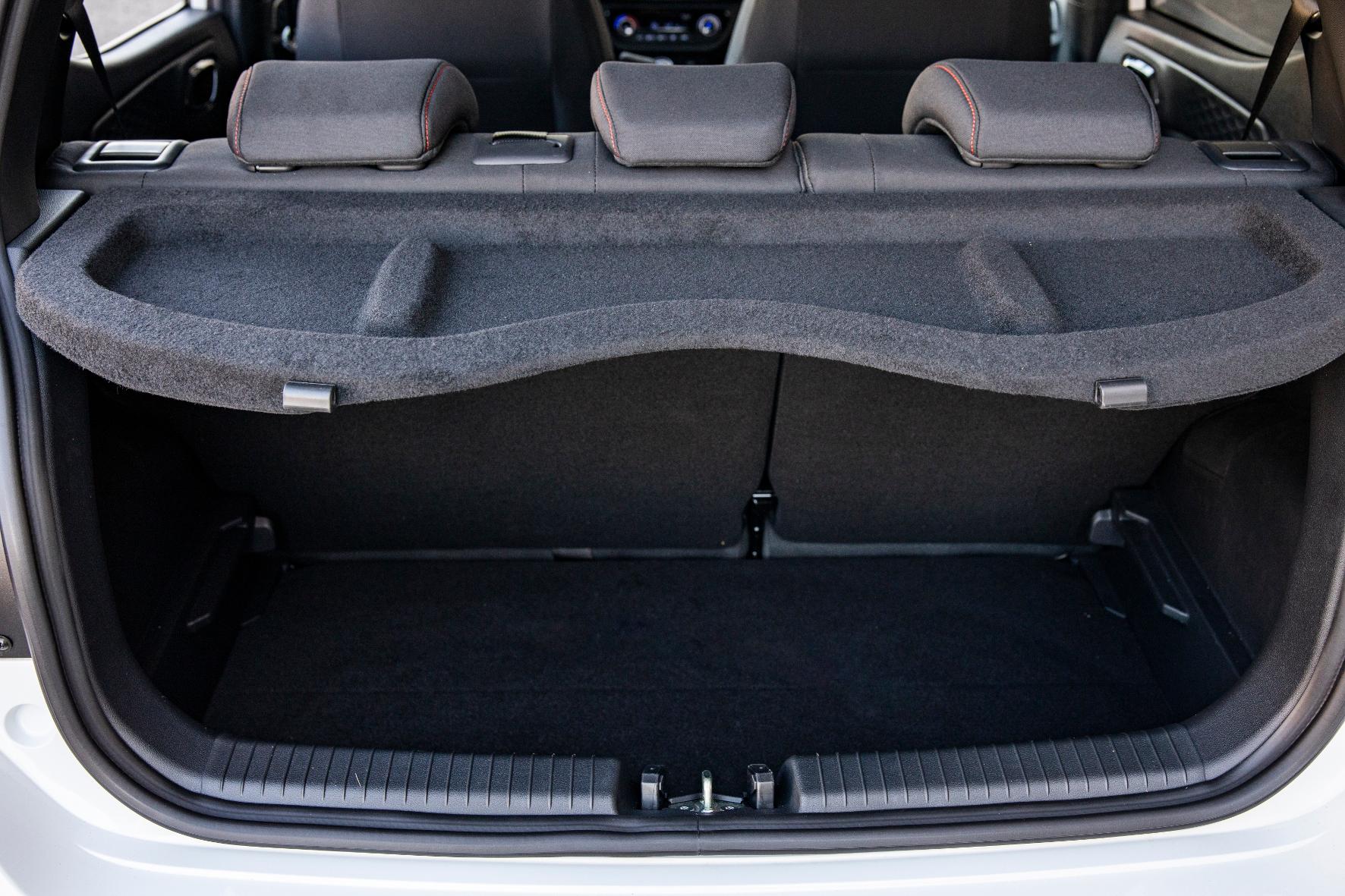 Der Kofferraum des i10 fasst mindestens 252 Liter Gepäck, die Ladekante ist leicht abgesenkt.