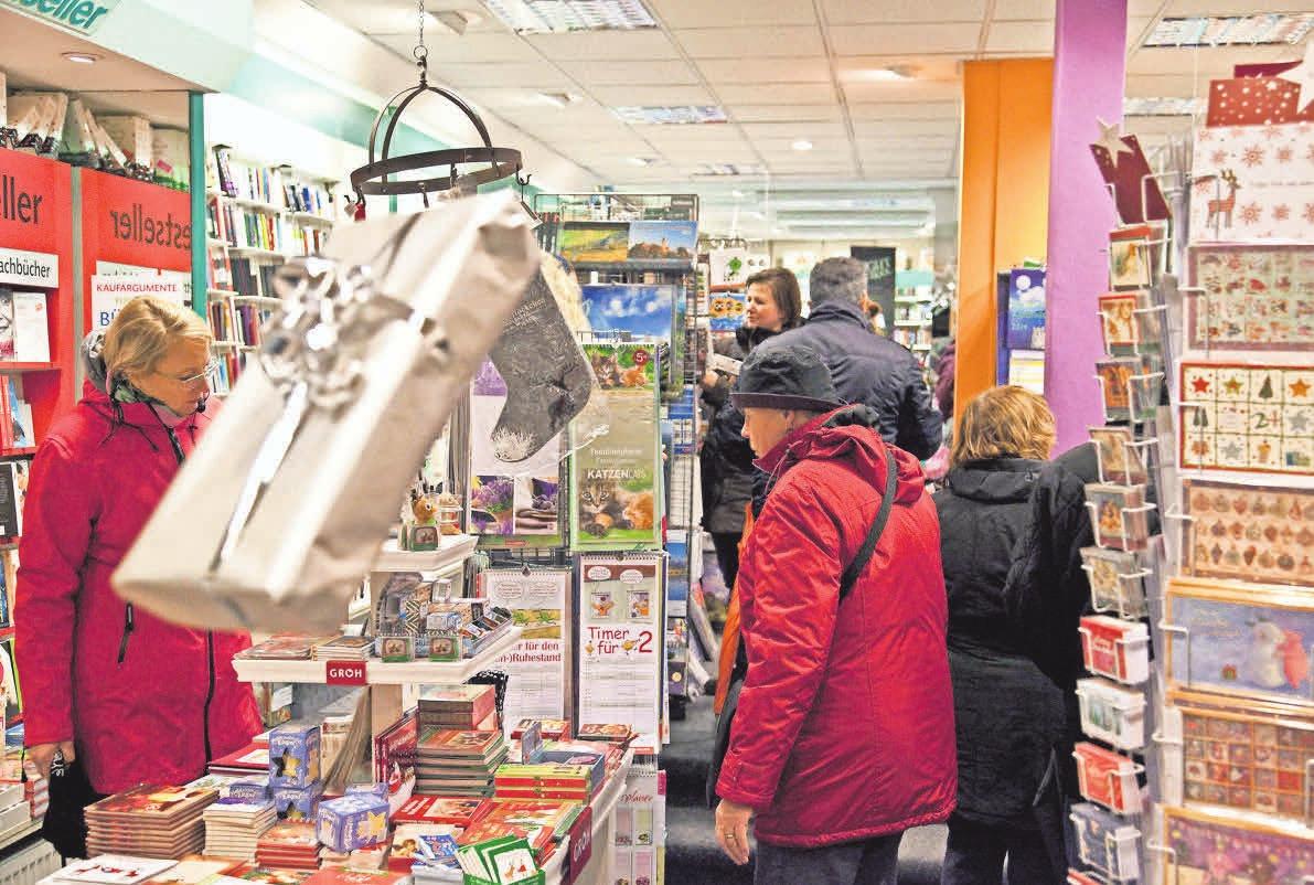 Bücher oder doch etwas anderes? In den mehr als 20 Läden, die zum Late-Night-Shopping öffnen, ist die Auswahl riesig. Foto: Dieter Heun (3)