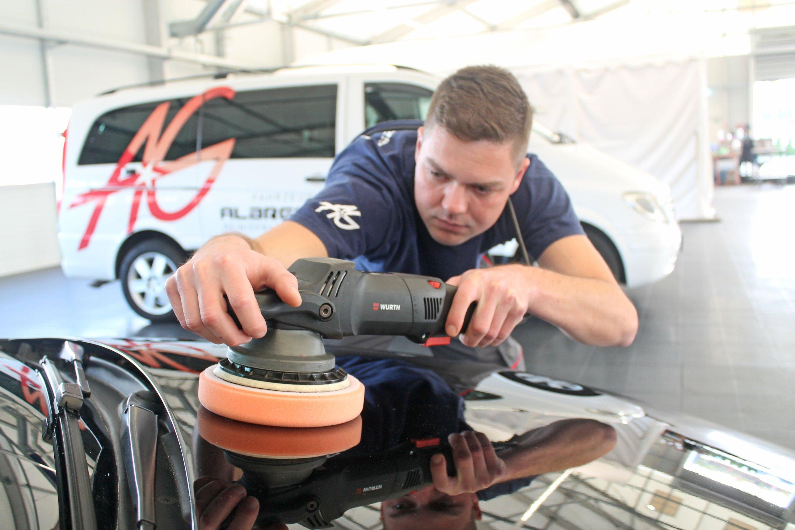 Eine professionellen Pflege kann dafür sorgen, dass ein Auto weniger an Wert verliert und drohende Schäden rechtzeitig erkannt und beseitigt werden. FOTO: DJD/BUNDESVERBAND FAHRZEUGAUFBEREITUNG