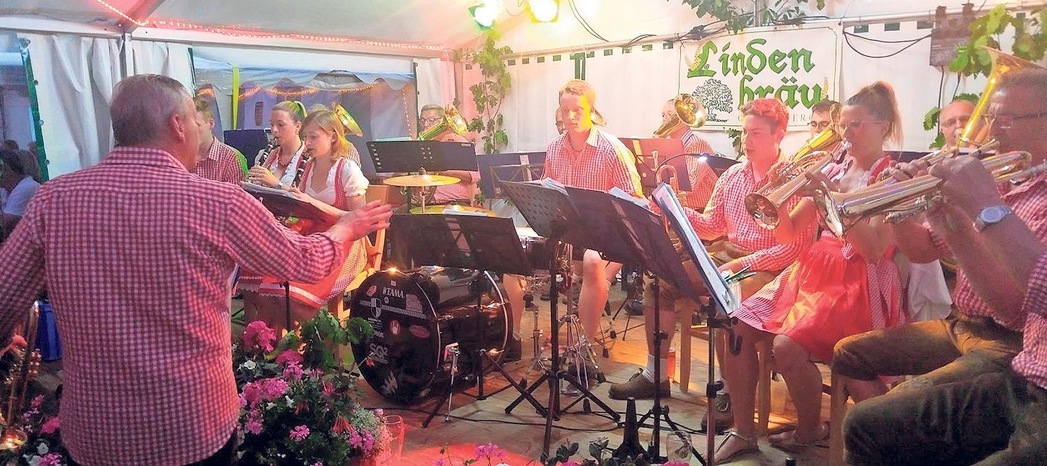 Der Böhmische Abend beim Grillfest der Feuerwehr Troschenreuth kann durchaus als Blasmusikfestival bezeichnet werden. Mehrere Musikkapellen sorgen für Stimmung. Foto: Harald Saß