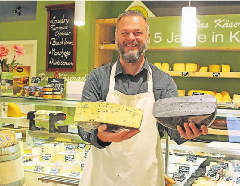 Dirk Raitbaur liebt Käse und freut sich immer wieder über neue Sorten wie aktuell den Kürbisbeißer und den Black Lemon.