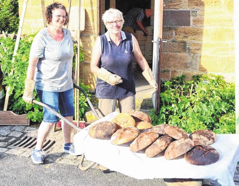 Zum Backofenfest in Brünnstadt backen die Frauen Brot und Kuchen frisch im Gemeindeofen. FOTO: POLSTER