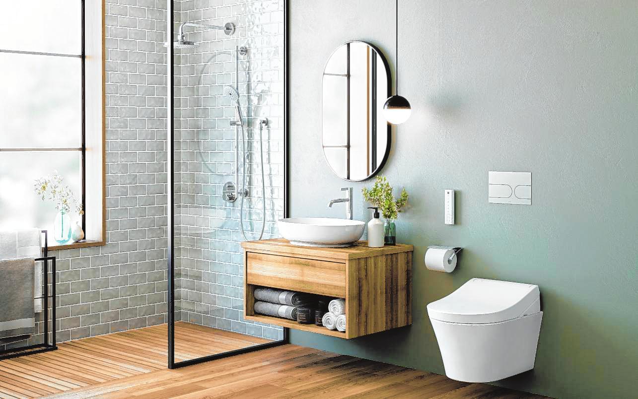 Trotz der neuen Farbigkeit im Badezimmer bleiben viele Keramiken weiß – zum Beispiel die Toilettenschüssel.