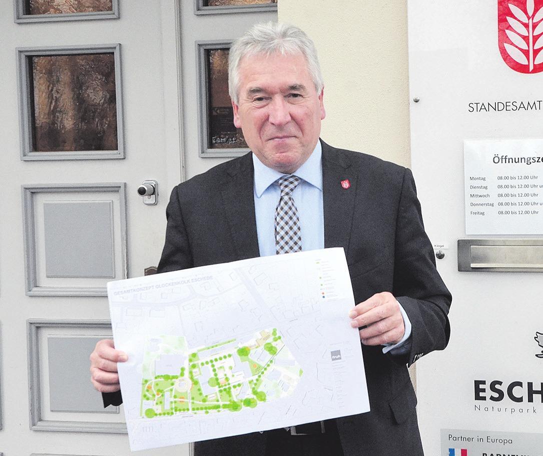 Günter Berg, Bürgermeister von Eschede, mit einem Entwurf zum geplanten Glockenkolk-Projekt. Foto: Wasinski