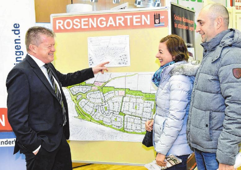 """Die Stadt Ehingen mit Experte Uwe Meinikheim berät zum fünften Bauabschnitt im Baugebiet """"Rosengarten""""."""