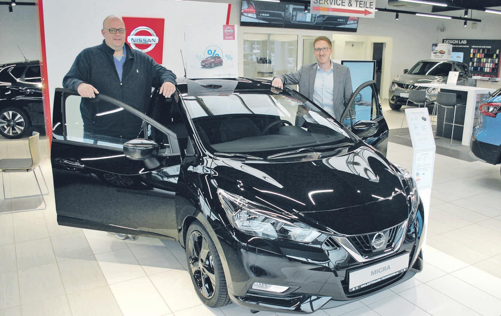 Dennis Tschesche (rechts) und Sascha Tonink, Verkaufsberater Renault, Nissan und Dacia, präsentieren den neuen Nissan Micra. Foto: Birthe Kußroll-Ihle