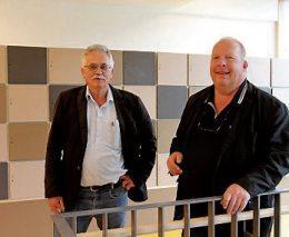 Anton Schmuker, Abteilungsleiter Abwassertechnik bei der Stadtentwässerung Reutlingen, und Architekt Jochen Schmid im lichtdurchfluteten Treppenaufgang des Sozialgebäudes.