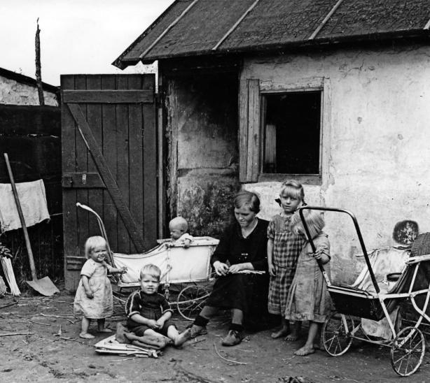 Voller Entbehrungen war das Leben in der Nachkriegszeit: eine Familie in einer Notunterkunft in Ludwigshafen. FOTO: STADTARCHIV LUDWIGSHAFEN/KORTOKRAKS