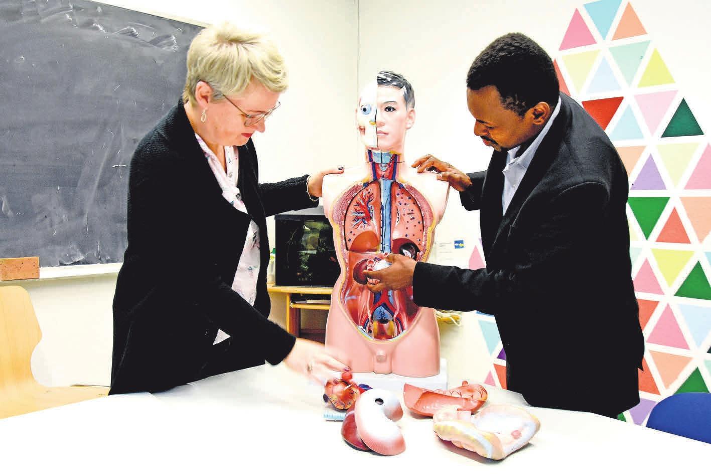 Anschauliche Vermittlung von Anatomie: Helga Braas (päd. Leitung Vitalia) und Sharef Ibrahim im Unterrichtsraum. FOTO: HINZMANN