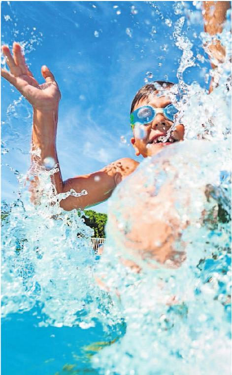 Vergnügt im Wasser toben – das gehört zum Sommer einfach dazu. Foto: Sergey Novikov