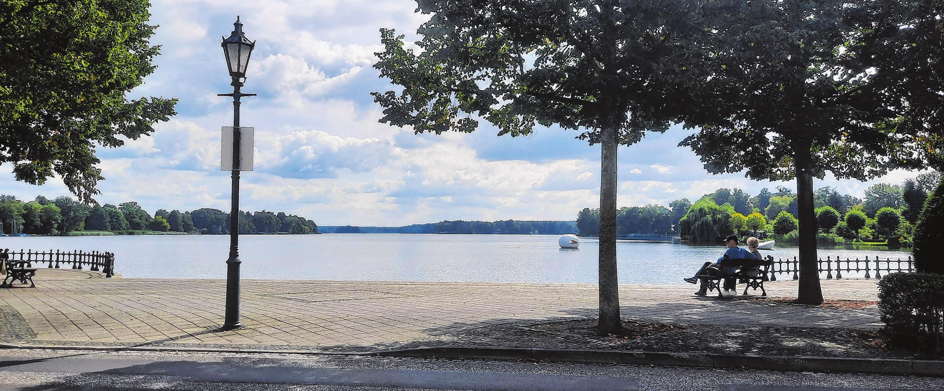 """Der Name """"Seeblick"""" verspricht nicht zu viel: Direkt gegenüber dem Restaurant befindet sich der Große Müllroser See. Fotos (2): Christine Schilg"""
