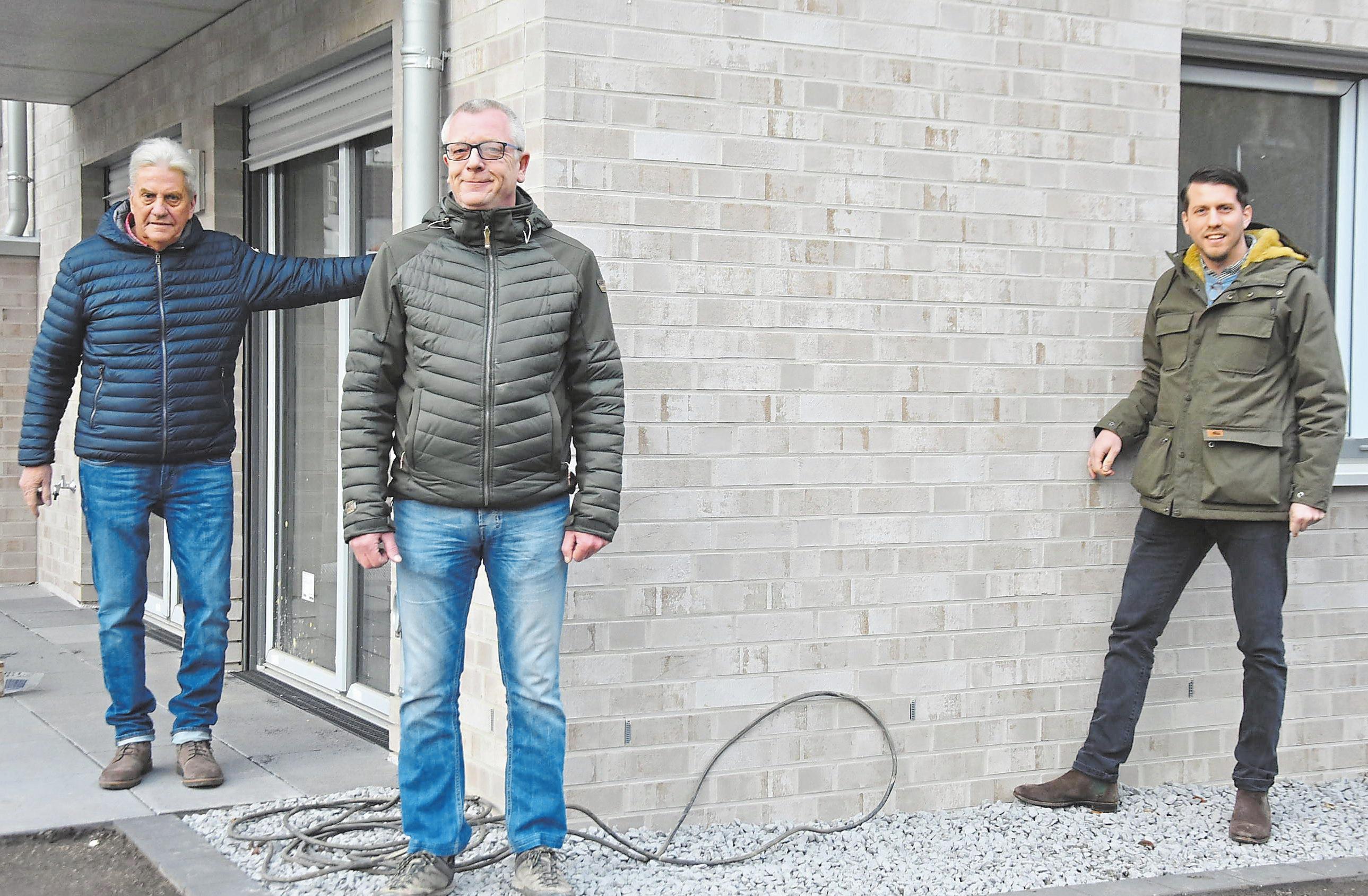 Gerd Sasse (GN Immobilien), Architekt Christoph Wiesmann und Thomas Sasse (GN Immobilien, v. l.) sind mit der Bauausführung für die beiden Mehrfamilienhäuser sehrzufrieden. Foto: Matthias Lehmkuhl
