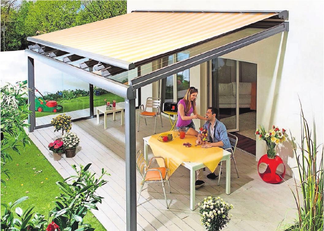 Den besten Hitzeschutz bieten außen liegende Textilmarkisen. Aufdachsysteme fangen die Sonnenstrahlen schon ab, bevor sie das Glasdach durchdringen können. Foto: djd/LM