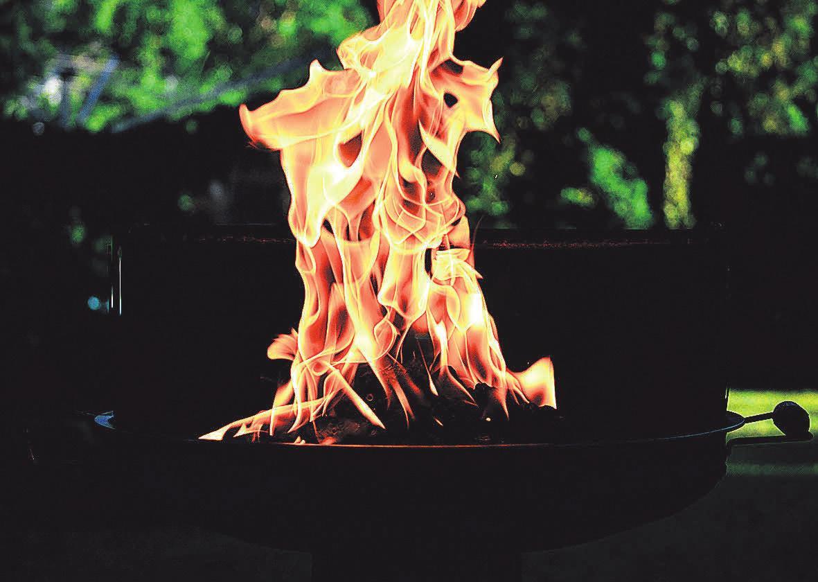 Um eine Stichflamme zu vermeiden, ist es ratsam, keine Brandbeschleuniger im Übermaß zu nutzen.