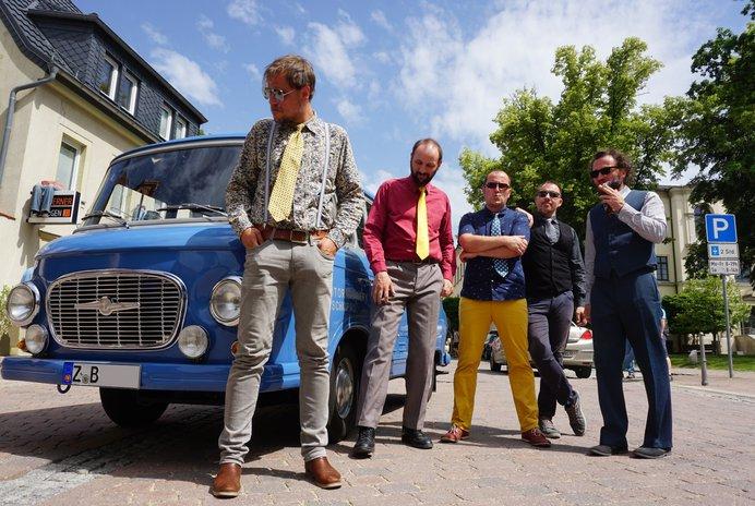Fünf Dresdner Jungs, die musikalisch zusammen aufgewachsen sind, entdeckten zufällig ihre Leidenschaft für ostdeutsche Musik und Texte der Lieder ihrer Kindheit. FOTO: AGENTUR