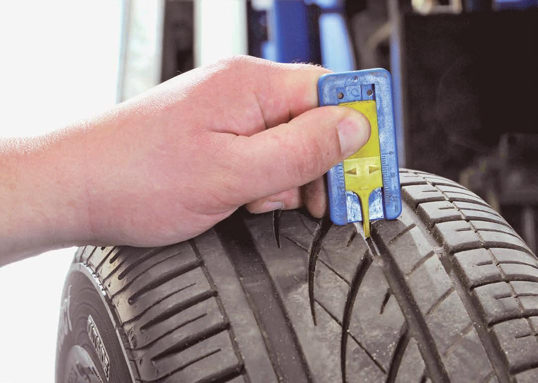 Experten raten, bei einer Profiltiefe von unter drei Millimetern einen Reifentausch vorzunehmen. Foto: djd/Kfzgewerbe