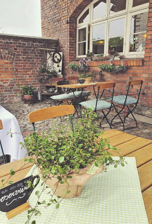 Kaffeepause gefällig? Der idyllische Außenbereich des Cafés lädt zum Verweilen ein.
