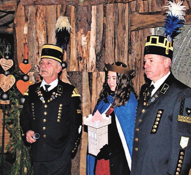 Antonia Renk verkörpert die Heilige Barbara. Mit im Bild: Vorsitzender Gerwin Eidloth und Detlef Heublein.