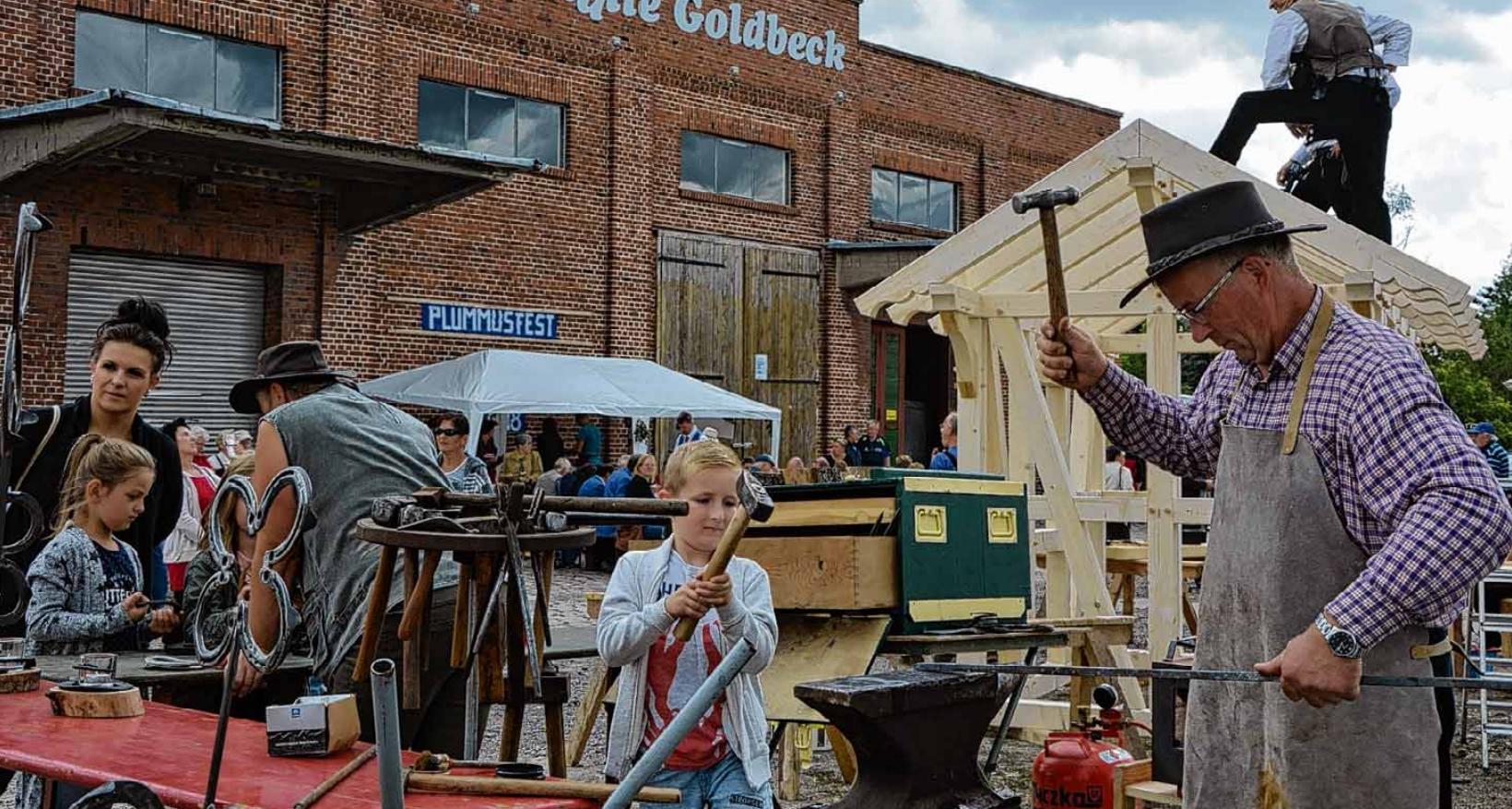 Die ehemalige Zuckerfabrik prägte früher Goldbeck als Arbeitgeber. Heute dient sie als Veranstaltungsort. Über die Grenzen des Ortes hinaus bekannt ist das jährliche Plummusfest. Archivbild: Karina Hoppe