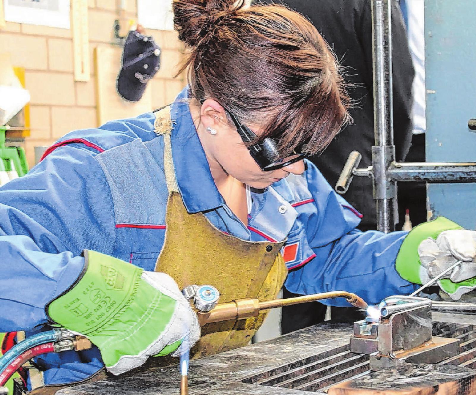 """Warum nicht? Immer mehr Mädchen interessieren sich für technische Berufe – unter anderem dank des Berufsorientierungstages """"Girl's Day"""". Archivfoto: HWK Ulm"""