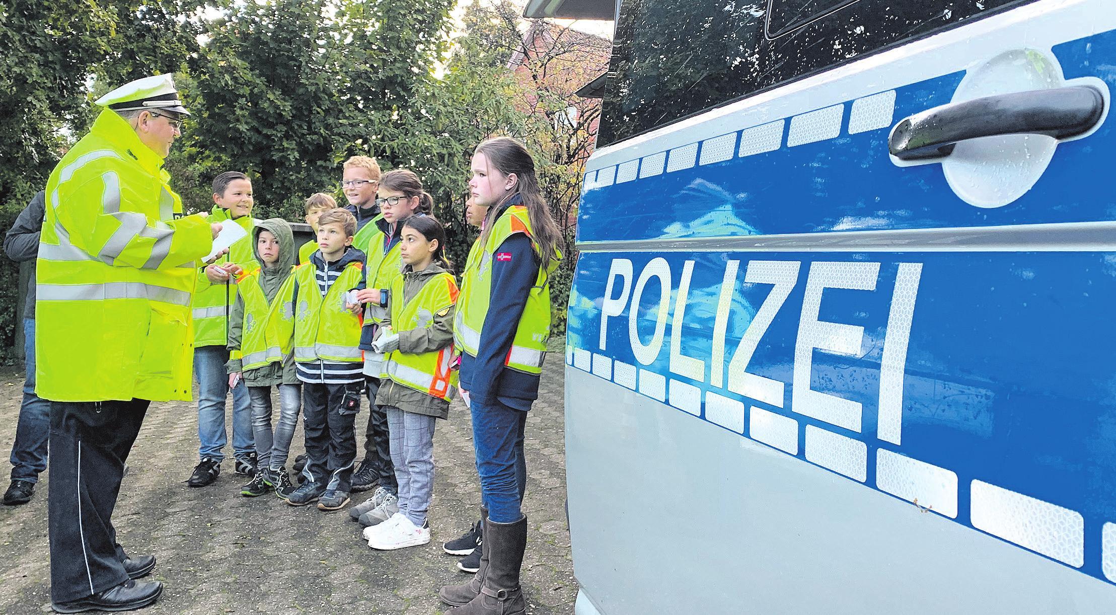 Verkehrssicherheitsberater Karsten Wiechmann mit den Schülern. Foto: Polizei