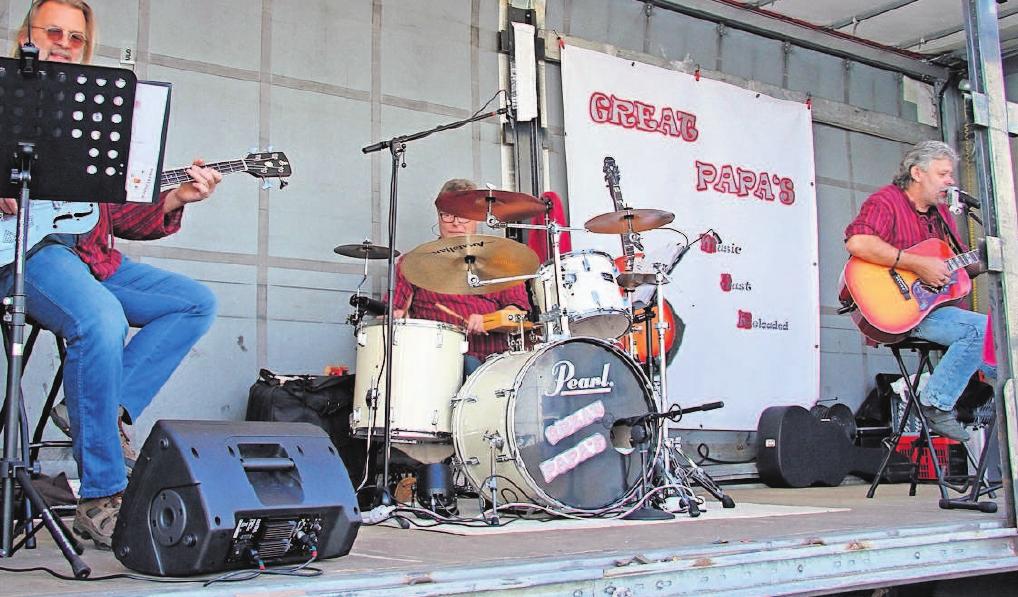 """Die """"Great Papa's"""" unterhalten die Stadtfestbesucher am Sonntag am Anger. Foto: H. E."""