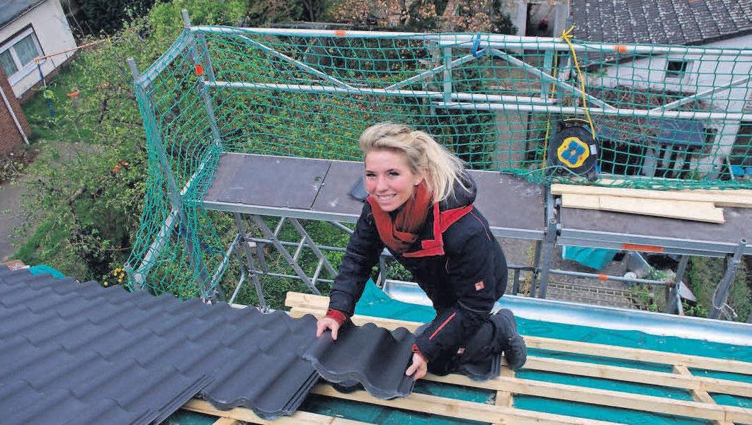 Dachdeckermeisterin und Firmenchefin Chiara Burgdorf bei der Arbeit auf dem Dach.