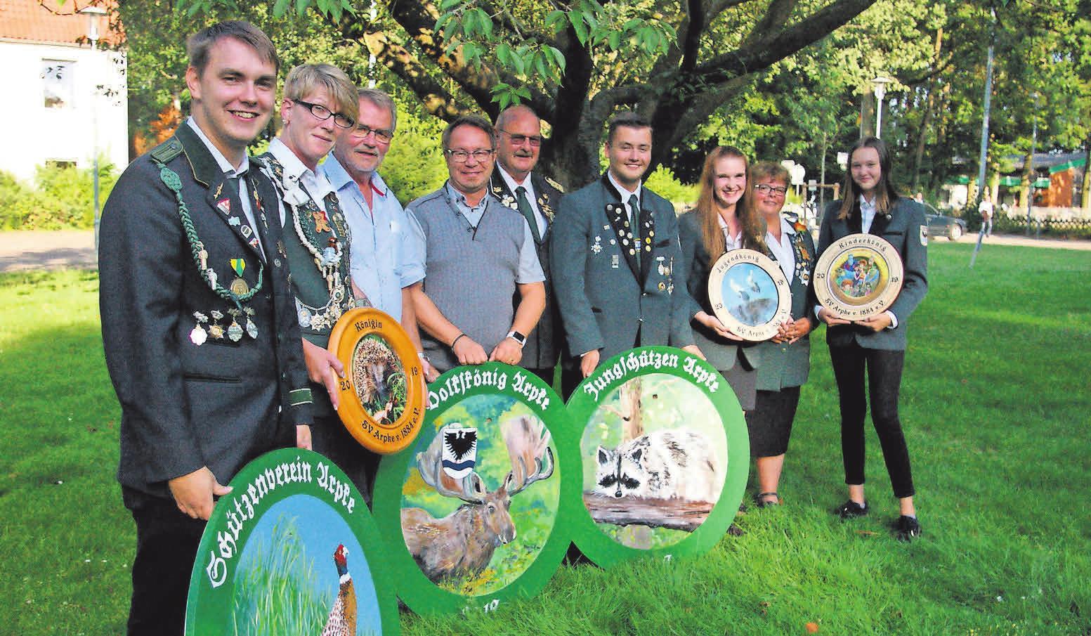 Die neuen Majestäten: Maurice Grewe (von links), Jana Schwentesius, Bürgermeister Klaus Schulz, Carsten Thiele, Vereinschef Edmund Potratz, Nick Jeske, Michelle Brennecke, 2. Schießsportleiterin Tanja Scholz und Mia Lechner.