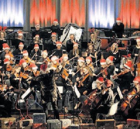 Mit roten Mützen am Instrument: Ein Teil des Jugendsinfonieorchesters der Musikschule Rhein-Pfalz-Kreis beim Auftritt in Limburgerhof im vergangenen Jahr. FOTO: WIES/FREI