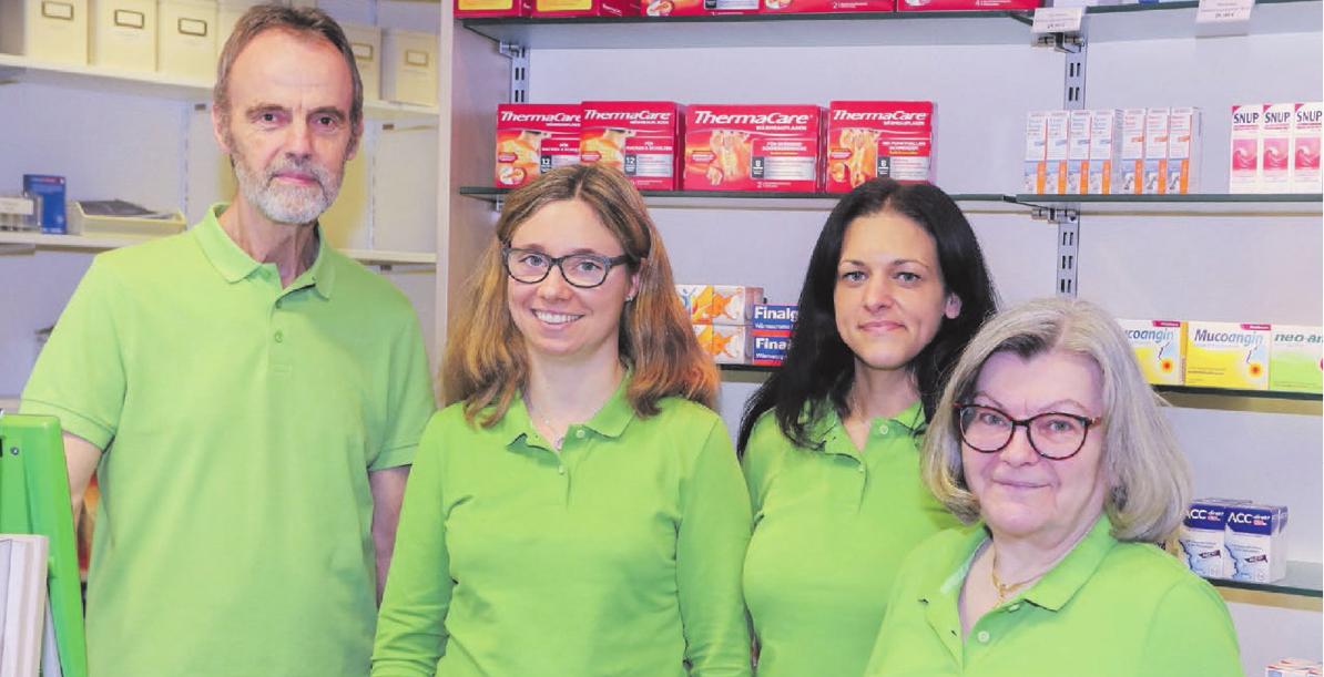Nadine Mollenkopf (Zweite von links) und ihr Team freuen sich auf die Kunden der Cosmas-Apotheke. Fotos: Schwabenpress
