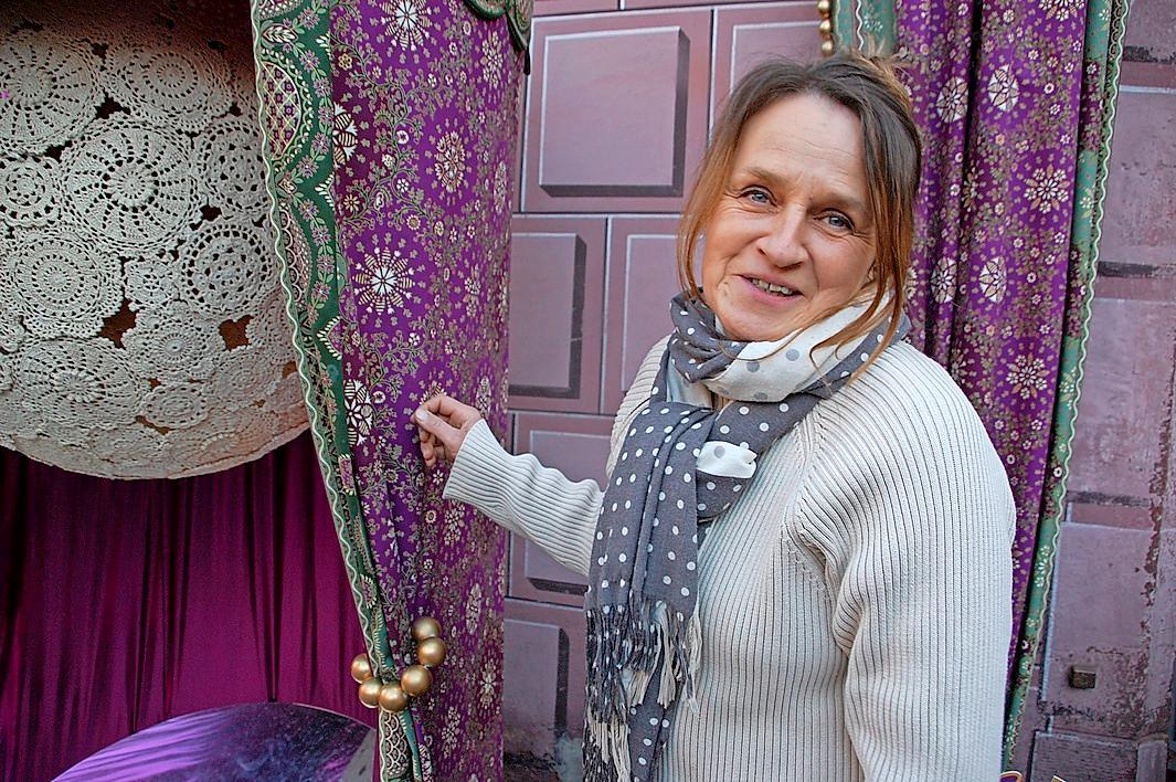 Der Weihnachtsstoff, der auch die Buden auf dem Weihnachtsmarkt schmückt, wird alljährlich neu von der Designerin Marie-Jo Goebel entworfen.