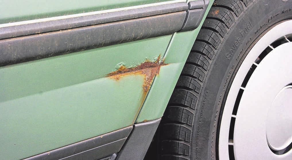 Roststellen deuten bei älteren Fahrzeugen häufig auf Unfallschäden hin. Foto: Dominik Pöpping/pixelio.de