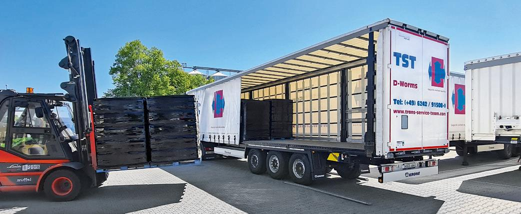 Open the curtain and load or unload directly: The company TST uses Krone Safe Curtain on all Profi Liners in its fleet.