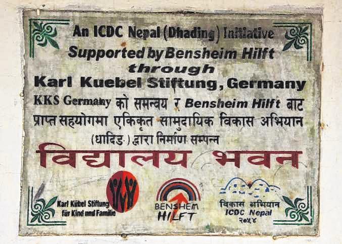 Ein Schild weist nach dem Erdbeben in Nepal auf die Hilfe aus Deutschland hin. Bild: Verein