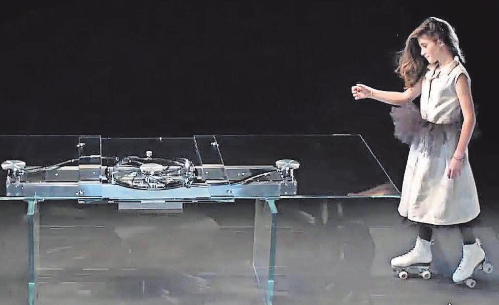 Für Technikinteressierte und Designliebhaber: Ein Esstisch, der sich per Fernbedienung ausziehen lässt und über die präzise Mechanik eines Schweizer Uhrwerks verfügt.         Foto: parabolica