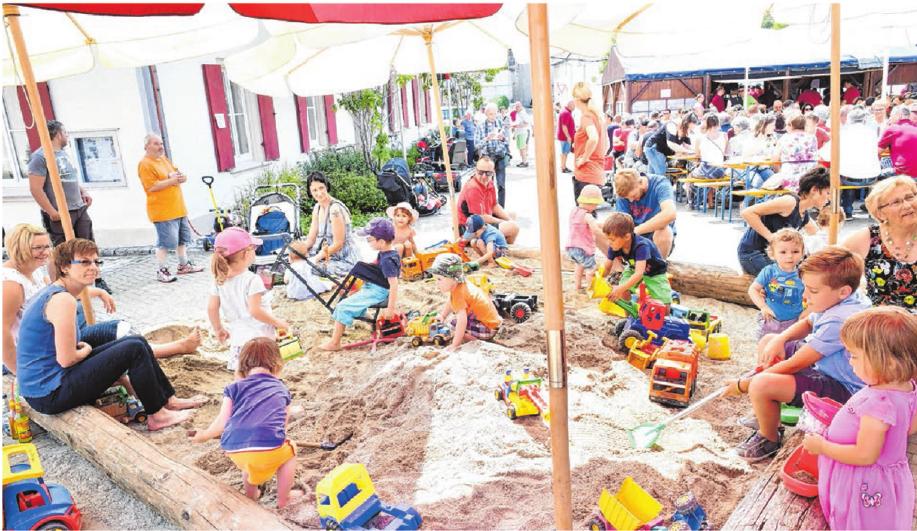 Auch die kleinen Festbesucher kommen im riesigen Sandkasten, in der Hüpfburg und am Dorfbrunnen voll auf ihre Kosten.