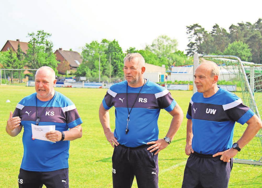 Kompetenz pur: Karsten Surmann (links) und sein Trainerteam kümmern sich um die Nachwuchskicker.