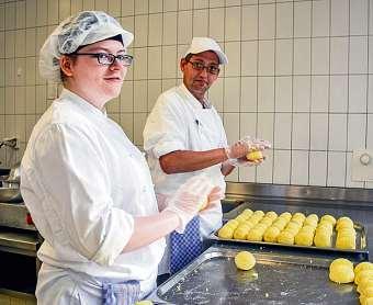 Für die Ausbildung zum Koch sucht sich der ALBBW Partnerbetriebe in der freien Wirtschaft. Azubis mit Behinderung bekommen so wichtige Praxiserfahrung. FOTO: ANDREAS THIELE