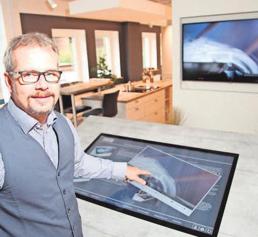 Timm Witthohn demonstriert die Küchenplanung am Computer