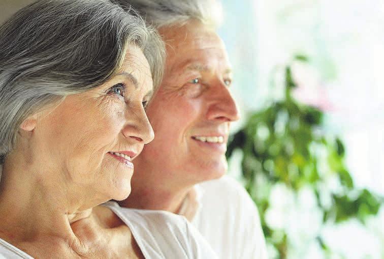 Bestatter bieten kostenlose Beratungen an – so können sich auch Ehepaare rechtzeitig ein Bild davon machen, welche Wünsche der Partner im Sterbefall hat.