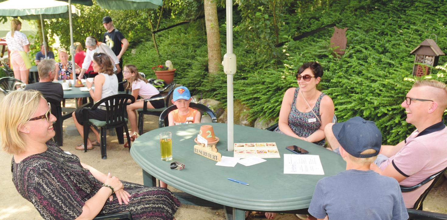 """Auf der Terrasse des """"Cafés Uhlenhoff"""" in Kölln-Reisiek lässt es sich bei Kaffee und Kuchen, kalten Getränken und anderen Leckereien gut aushalten Fotos: Klein (5), pr (2)"""