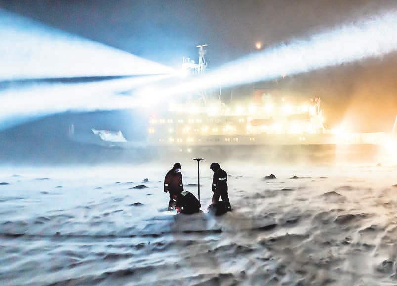 """Neben der eingefrorenen Polarstern (u.) sind auch andere Schiffe, Flugzeuge, Transporter und Forschungscamps in das Projekt """"Mosaic"""" integriert. FOTO: AWI"""