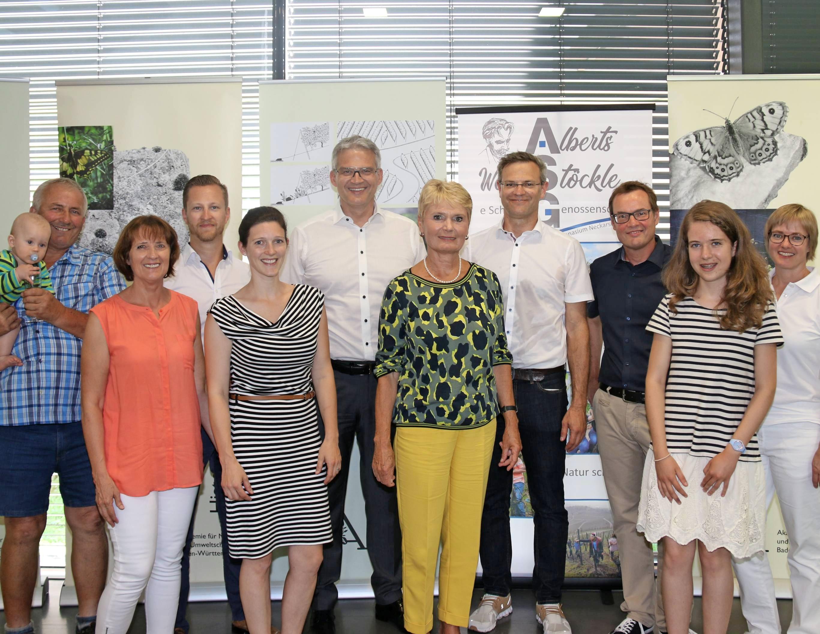 Im ASG traf Friedlinde Gurr-Hirsch (5. v. re.) Lehrer, Kocheltern und Schüler. Begrüßt wurde sie von Schulleiter Marco Haaf (4. v. re.) und OB Steffen Hertwig (6. v. re.).