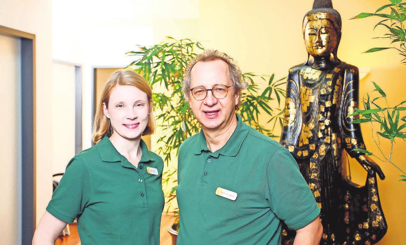 Dr. med Christian Wolff und Saskia R.Schäfer, die neue Fachärztin für Allgemeinmedizin, in der hausund kinderärztlichen Praxis im Centrum Kohake.