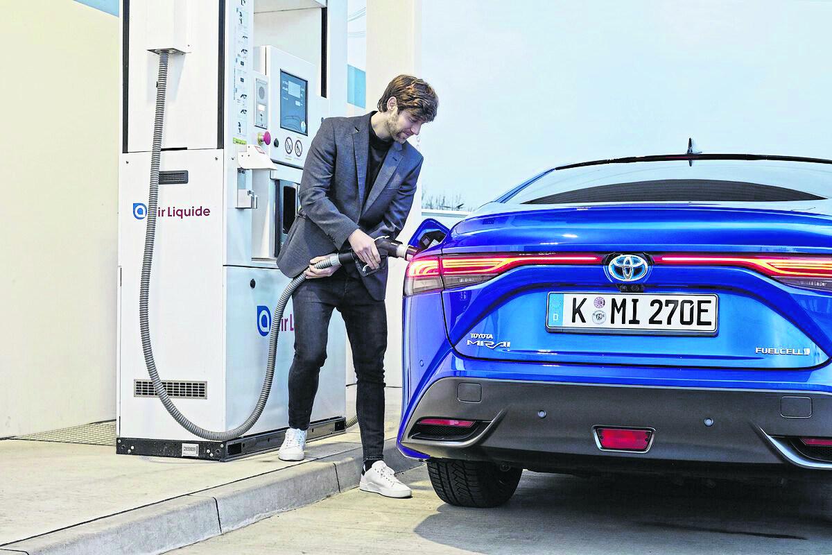 Der Tankvorgang an der H2-Säule ist simpel und in fünf Minuten erledigt. Wichtig ist aber, was hinten (aus dem Auspuff) rauskommt: Wasserdampf – emissions- und schadstofffrei. Wasserstoff verbrauch komb.: 0,89 - 0,79 kg/100 km, Strom: 0 kW/100 km, CO<sub>2</sub>: 0 g/100 km