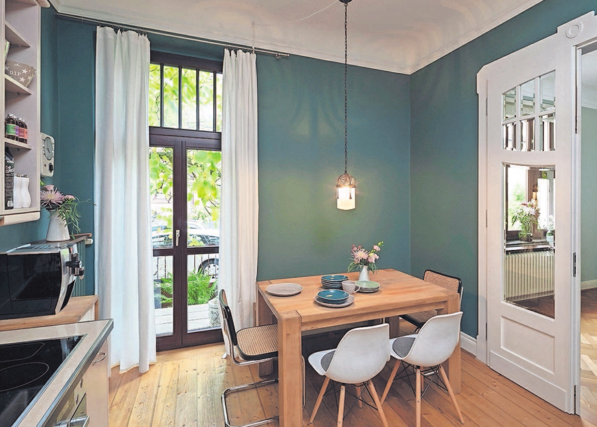 Ein besonderer Farbton für die Küche: Das trendige Waldgrün sorgt für eine gemütliche Stimmung. Foto: Alexandra Lechner/Caparol Farben Lacke Bautenschutz/akz-o