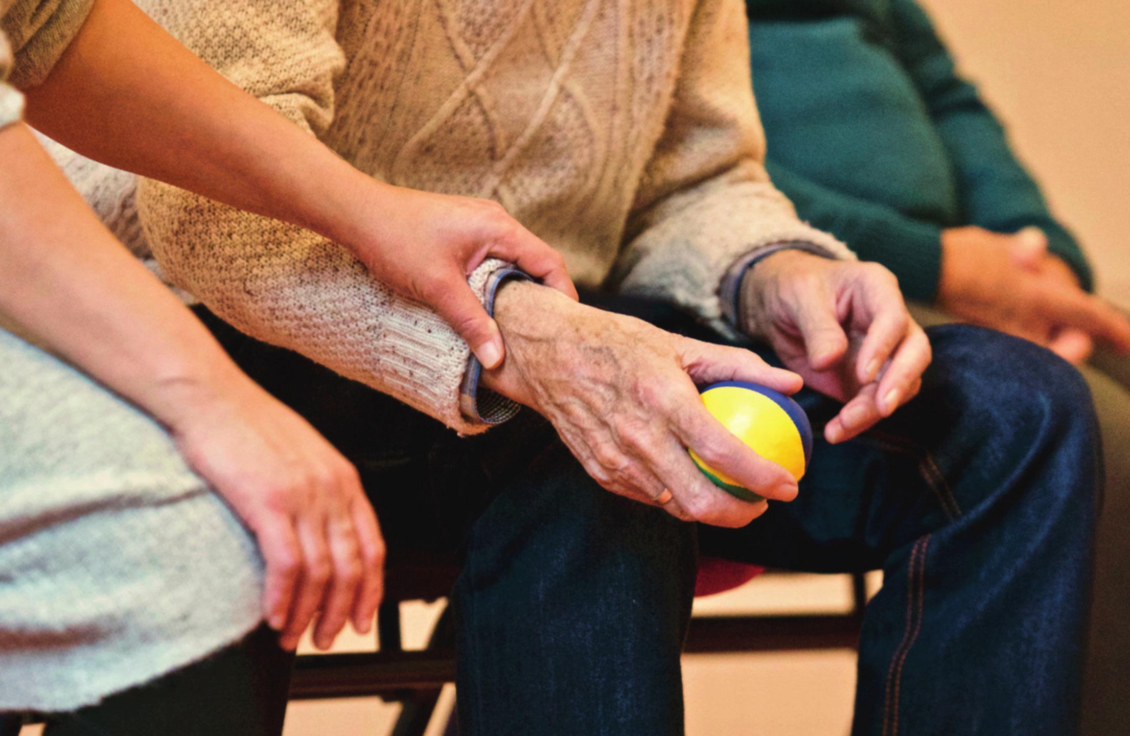 Zusätzliche Arbeitskräfte sorgen für eine Entlastung im Pflegealltag und damit für eine bessere Betreuung der Pflegebedürftigen. Foto:Pexels.com